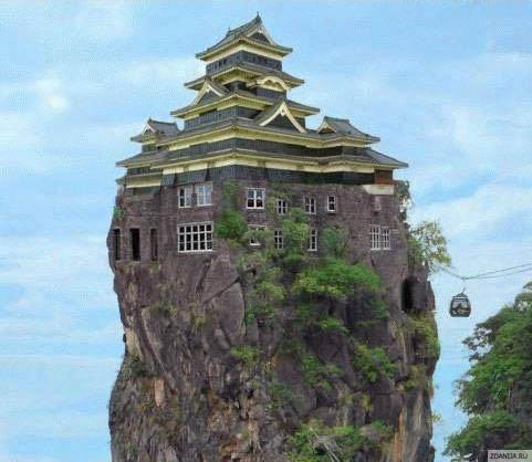 Необычный дом на скале