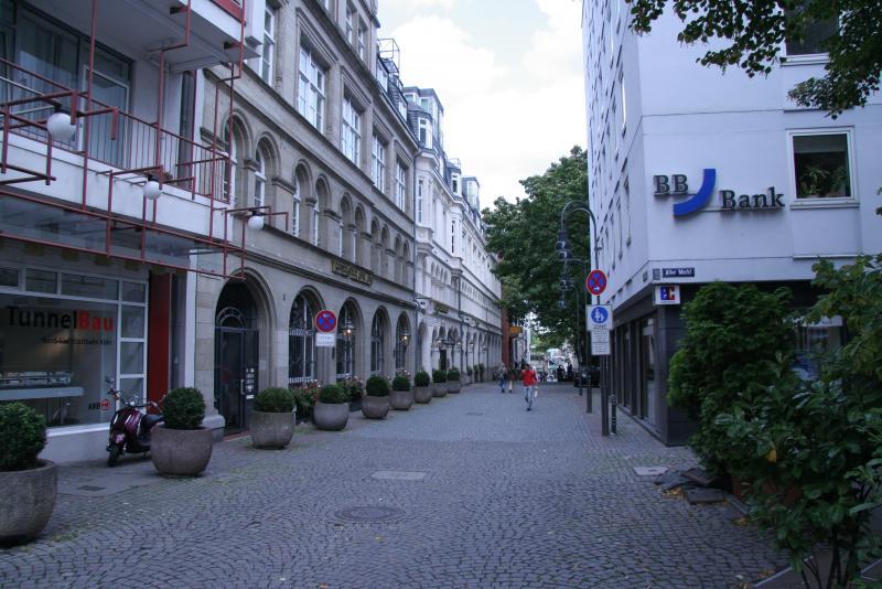 Типичная немецкая улочка в центральной части Кёльна