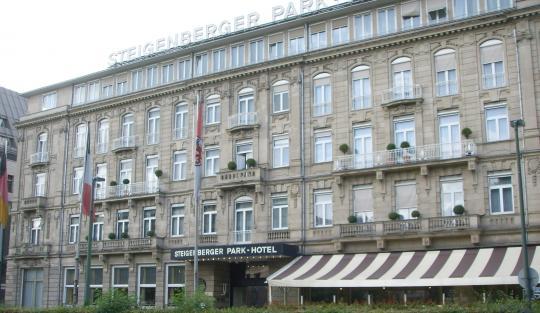 Фасад парк-отеля Штейгенбергер в г. Дюссельдорф