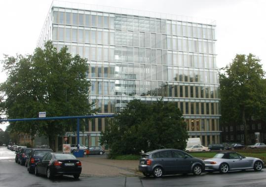 Стеклянное здание на улице Джозеф Гокельн в г. Дюссельдорф