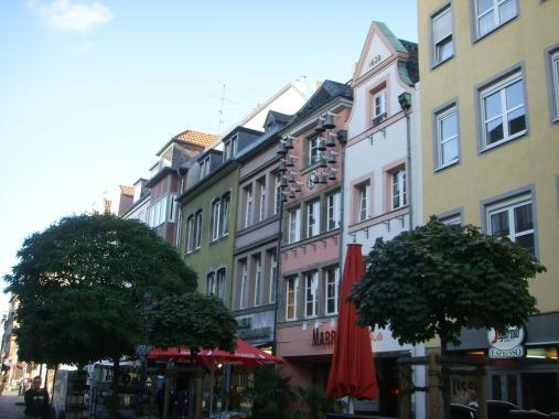 Весёленькие фасады Старого города ( Альтштадт ) в Дюсселе