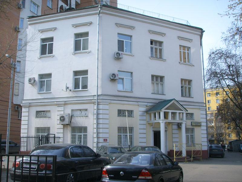 Здание в стиле классицизм прелепилось к современной высотке ( Москва, переулок Красина, дом 15 )