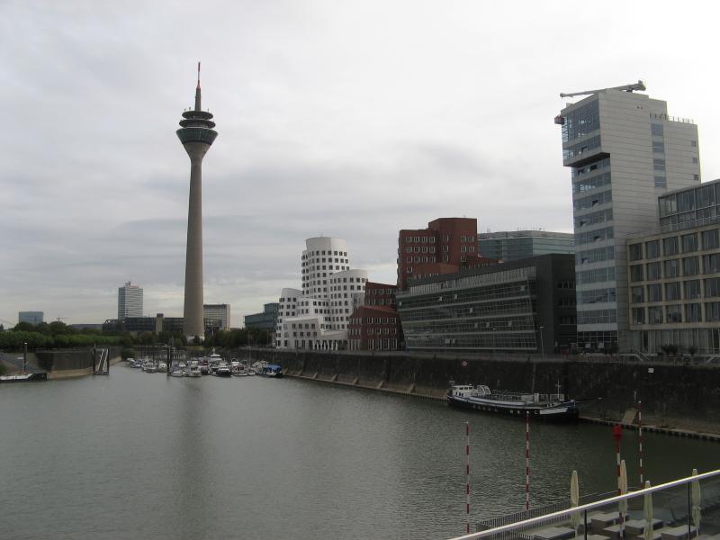 Вид на медиагавань и телевизионную башню Дюссельдорфа ( Германия )