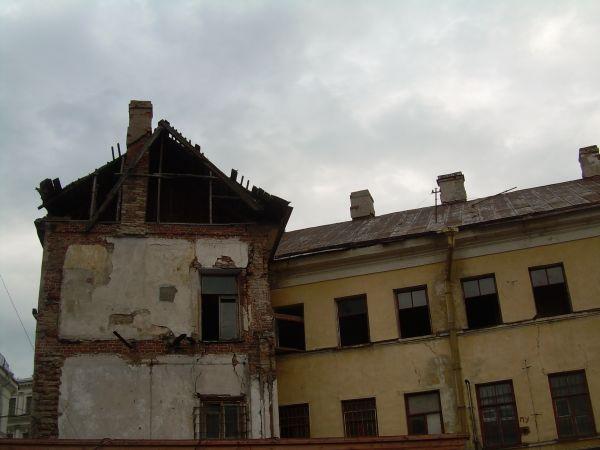 полуразрушенный дом в петербурге
