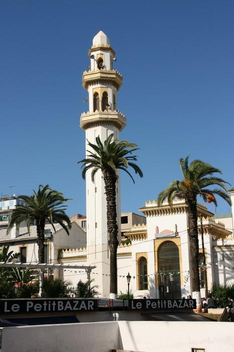 минарет на алжирской улице