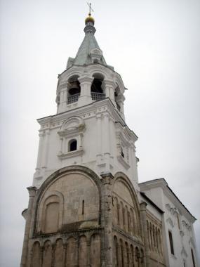 двухярусная колокольня и остатки дворца Андрея Боголюбского