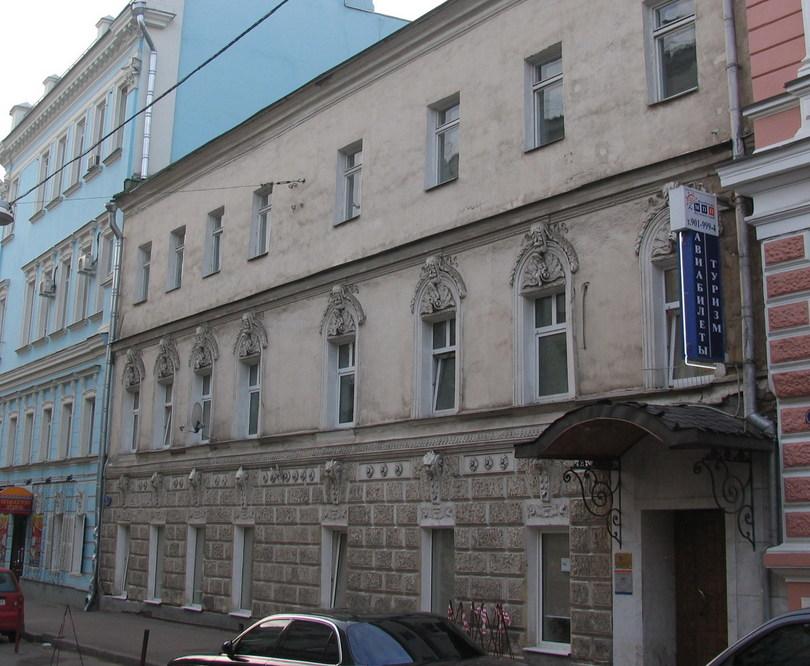 старое здание с декором над окнами - малый Гнездниковский пер., д.12/27