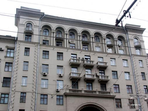 Аркада, балконы и окна дома на Тверской 15