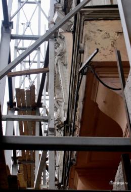 леса над реставрируемой гостиницей ЛюксЪ