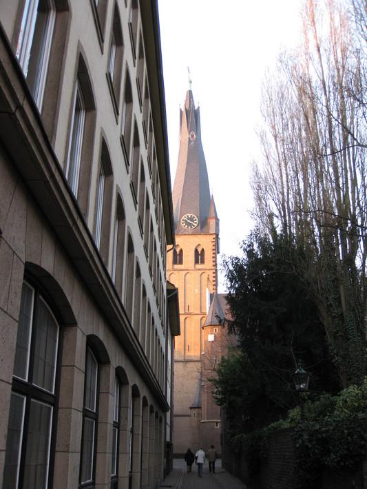 церковная башня с несимметричной крышей, результат ошибки проектирования и воздействия сырости на перекрытия