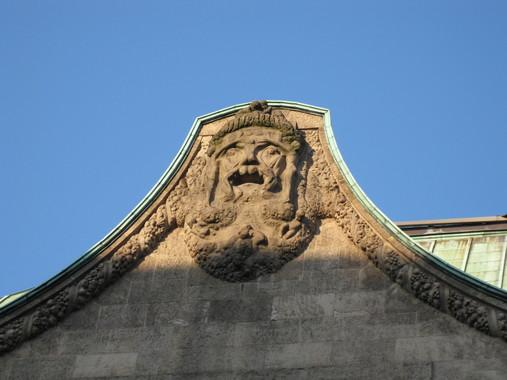 Скульптурный элемент декора (лицо, состоящее из человеческих тел)