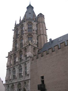 Ратушная башня, декорированная 124-мя скульптурами исторических деятелей, так или иначе связанных с Кёльном.  там есть даже статуя Карла Маркса.