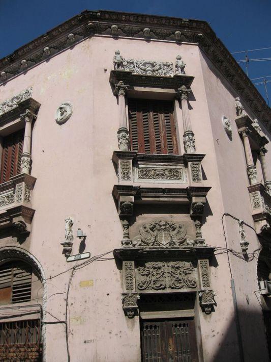 фасад, декорированный статуями, колоннами, животными и растительными мотивами