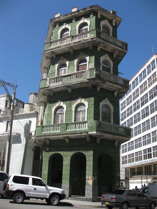 зелёный жилой дом с балконами
