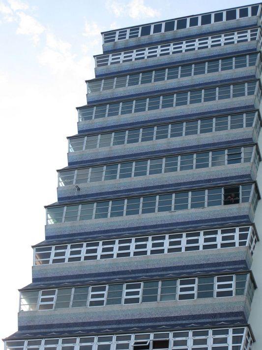 неожиданное современное здание в окружении жилых полуразвалин