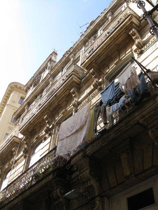 фрагмент жилого дома с балконами