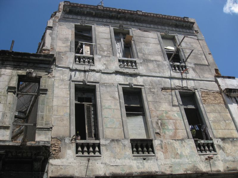 жилой дом в полуразрушенном состоянии