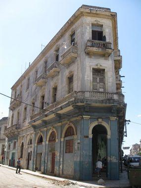 жилой дом с арками и магазинами