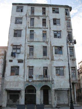 дом на набережной малекон, балконы не выдержали непосредственную близость моря
