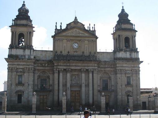 здание с колокольней на центральной площади