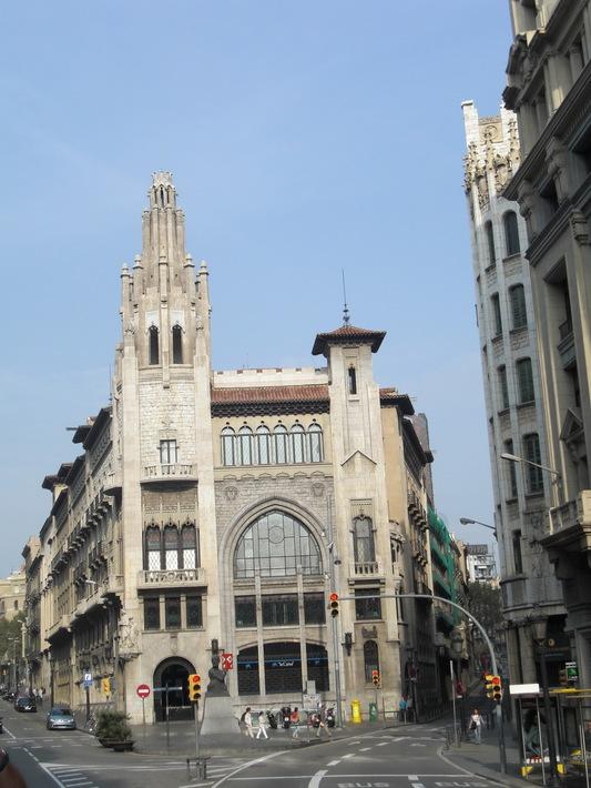 Красивое здание недалеко от площади Каталонии