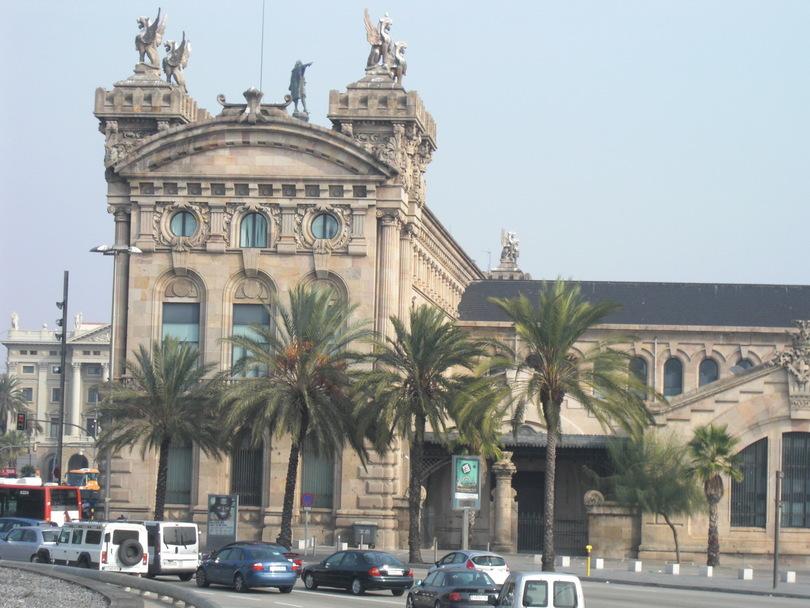 Здание таможни в порту Барселоны
