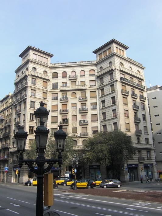Многоэтажное здание в Барселоне