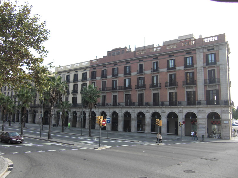 Здания недалеко от порта Барселоны