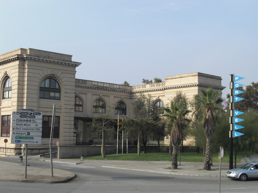 Здание в порту Барселоны