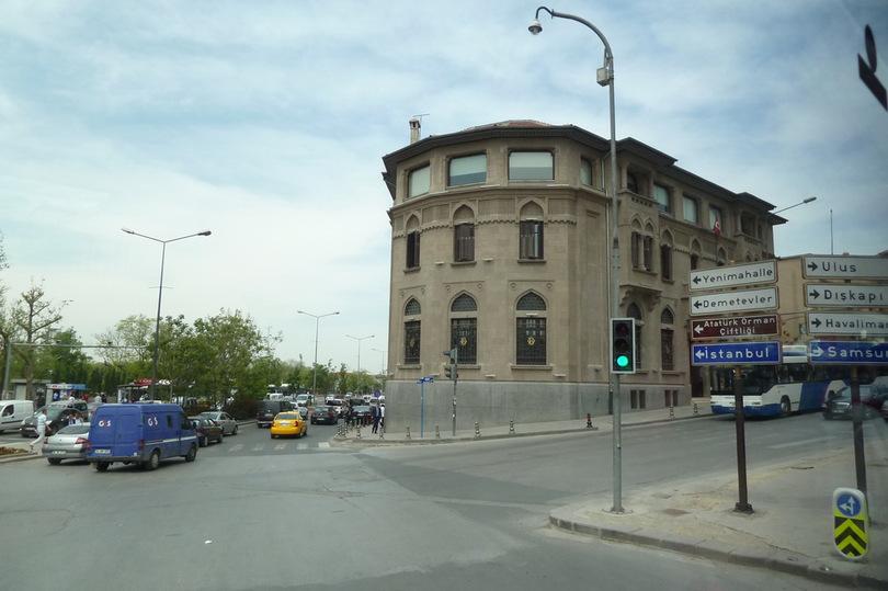 красивое здание на перекрёстке дорог