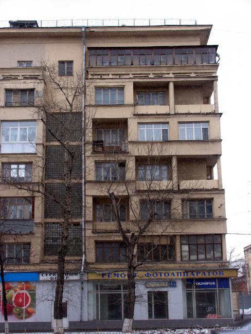 балконы и окна правой части дома