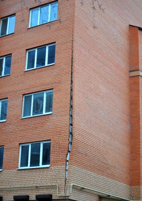 отваливающаяся стена дома