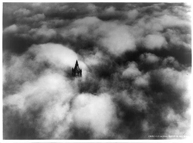 небоскрёб Вулворта в облаках