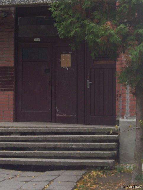 Входная дверь в дом и подвал