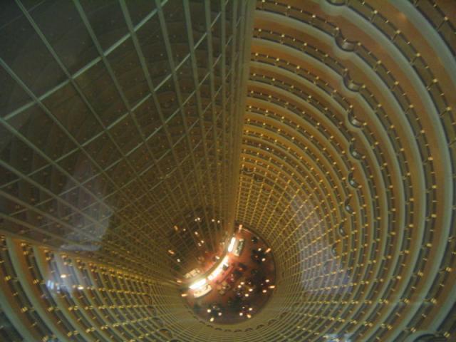 вид на атриум небоскрёба Джин Мао