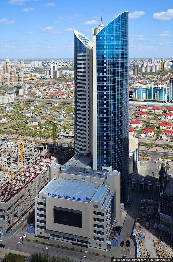 Пожарно-эвакуационные подъемники «ARC» на небоскребе «Казахстан Темир Жолы» полностью смонтированы и введены в эксплуатацию в апреле 2011 года. На представленной фотографии виден один из подъемников «ARC», расположенный в своей нижней станции - красный «к