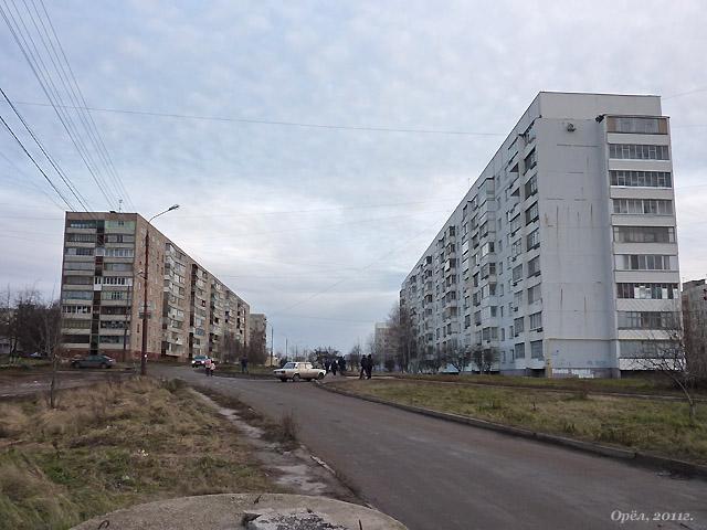 Слева: дом серии 121 (Московское ш., 113а), (1978г.) и дом серии 90 (Блынского ул., 2) (1989г.).