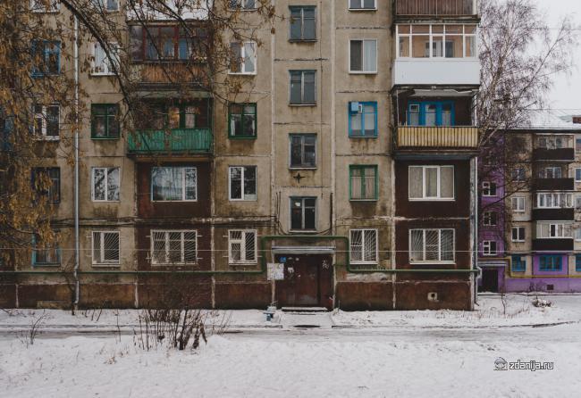 Хрущевка с высокими окнами в Казани