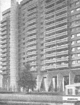 Москва. Фрагмент фасада жилого дома с различной отделкой несущих элементов