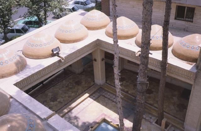 Сахн - Двор с небольшим бассейном в центре, окруженный аркадой с куполами