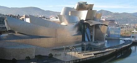 деконструктивизм - Музей Гуггенхайма в Бильбао на реке Нервион (Испания), архитектор Френк Гери