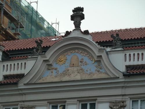 ФРОНТОН — верхняя часть фасадной стены здания, образуемая скатами кровли треугольной или криволинейной формы.